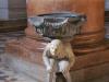 Церковь Святой Анастасии. Водосвятная чаша (1495). Скульптура Габриеле Калиари, называемая Горбун. Этот персонаж, с древности вызывает суеверные чувства. Говорят, что если дотронутся до горба, то это принесет удачу